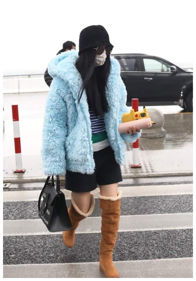 范冰冰衣品大不如前,穿蓝色外套走机场,配短裤长靴显臃肿