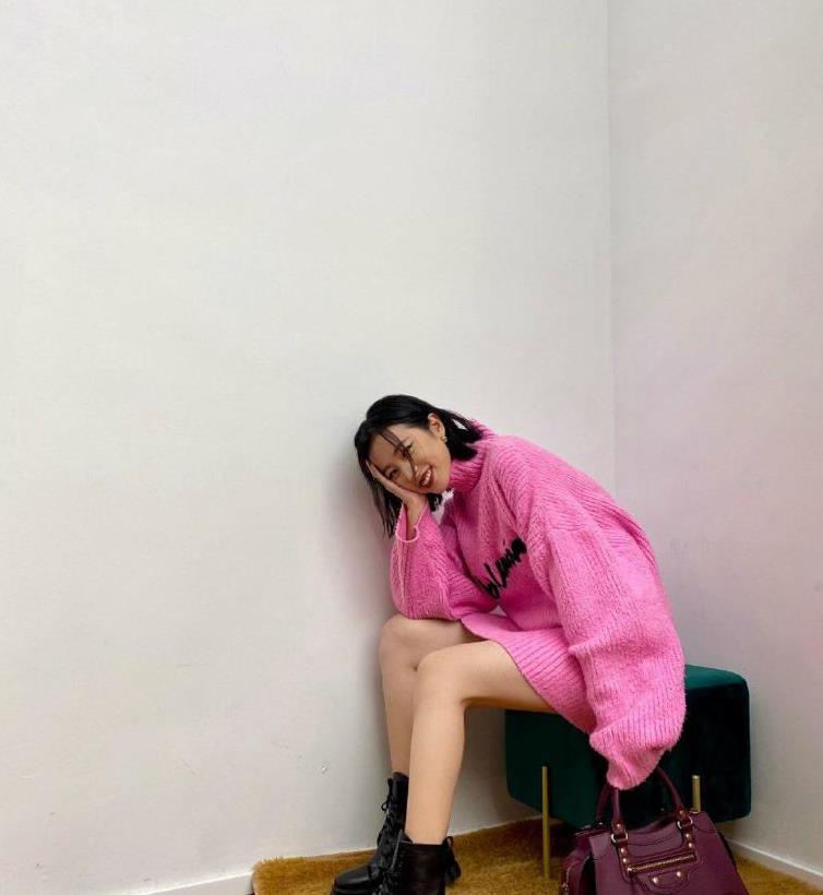 周雨彤穿搭太霸气,穿粉色宽松毛衣搭配马丁靴,比模特还有范儿