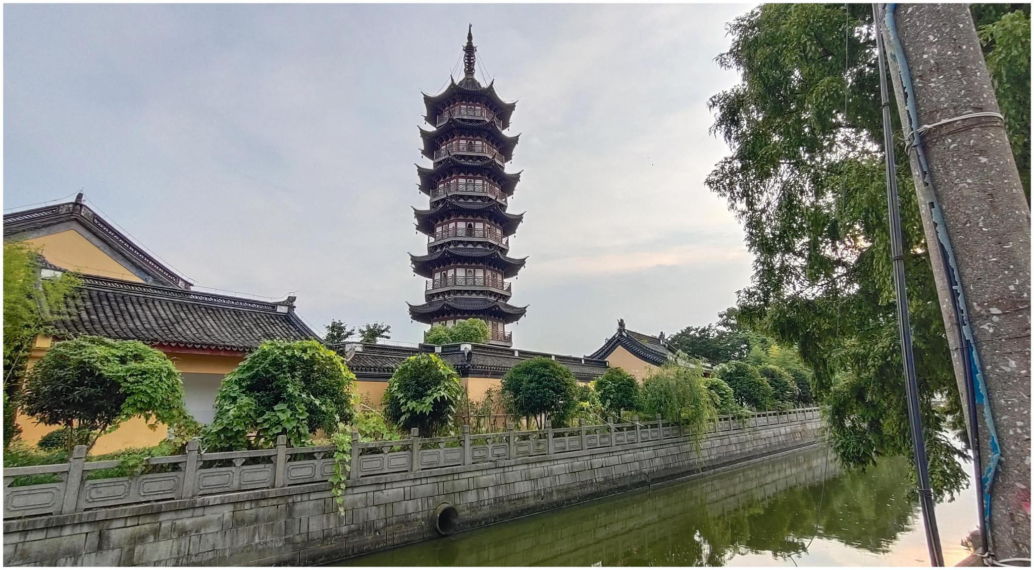 历史悠久,规模恢大的海宁天宁寺,环绕欣赏夕阳下的天宁寺塔