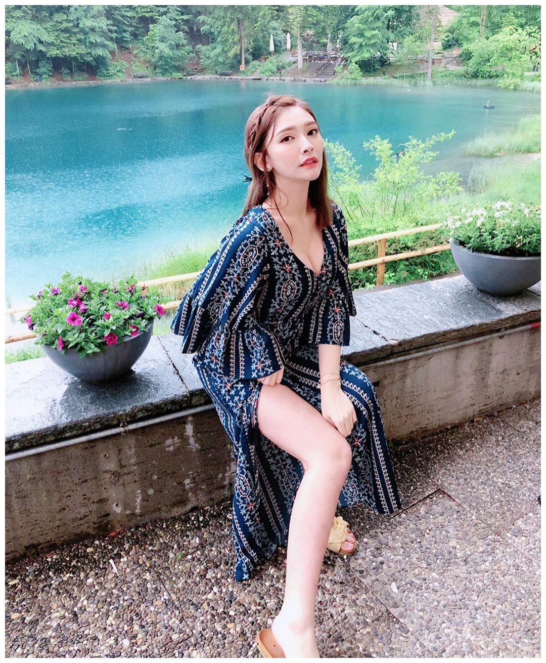波西米亚风格连衣裙搭配黄色拖鞋,舒适顺滑,文艺优雅