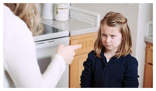 孩子顶嘴不听话,妈妈打骂都没啥效果,见到爸爸却跟换了个人一样