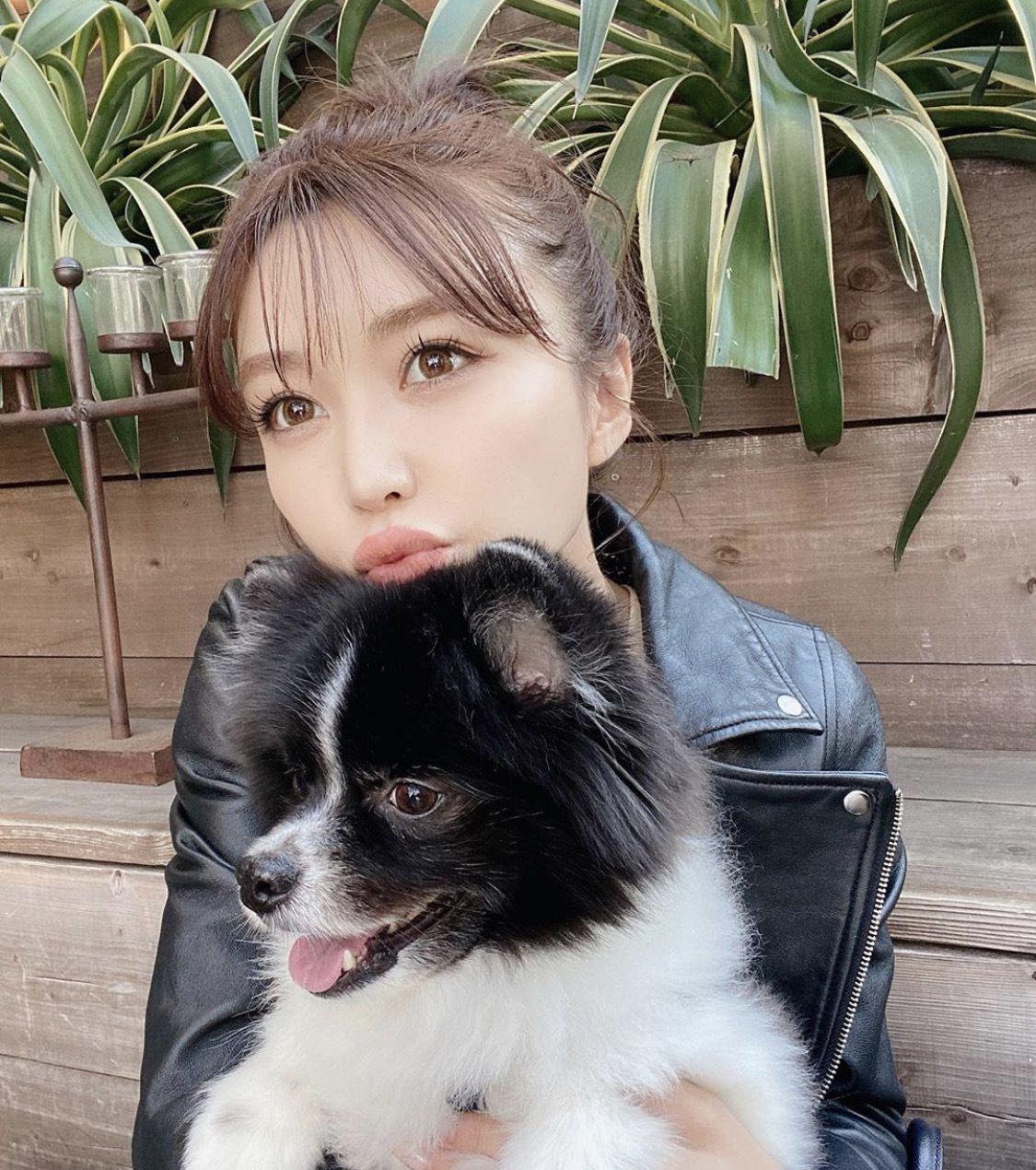 时尚名模和自己的爱犬一起拍摄写真,意境很美