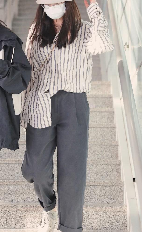 迪丽热巴最新机场生图:条纹衬衫搭配可爱萝卜裤号显瘦呀!