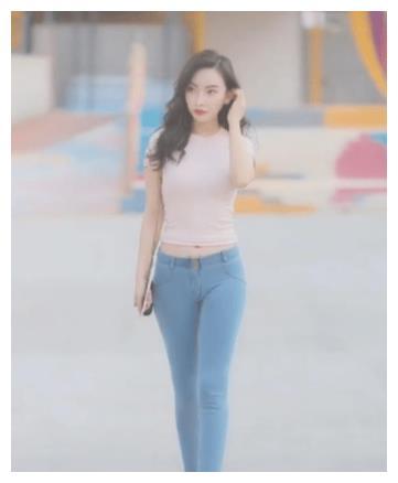 粉色T恤搭配浅色牛仔裤, 神色清晰, 勾勒舒适美