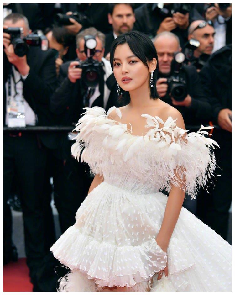 辛芷蕾又来秀腿了,薄纱裙插满羽毛惊艳全场,美得像白天鹅