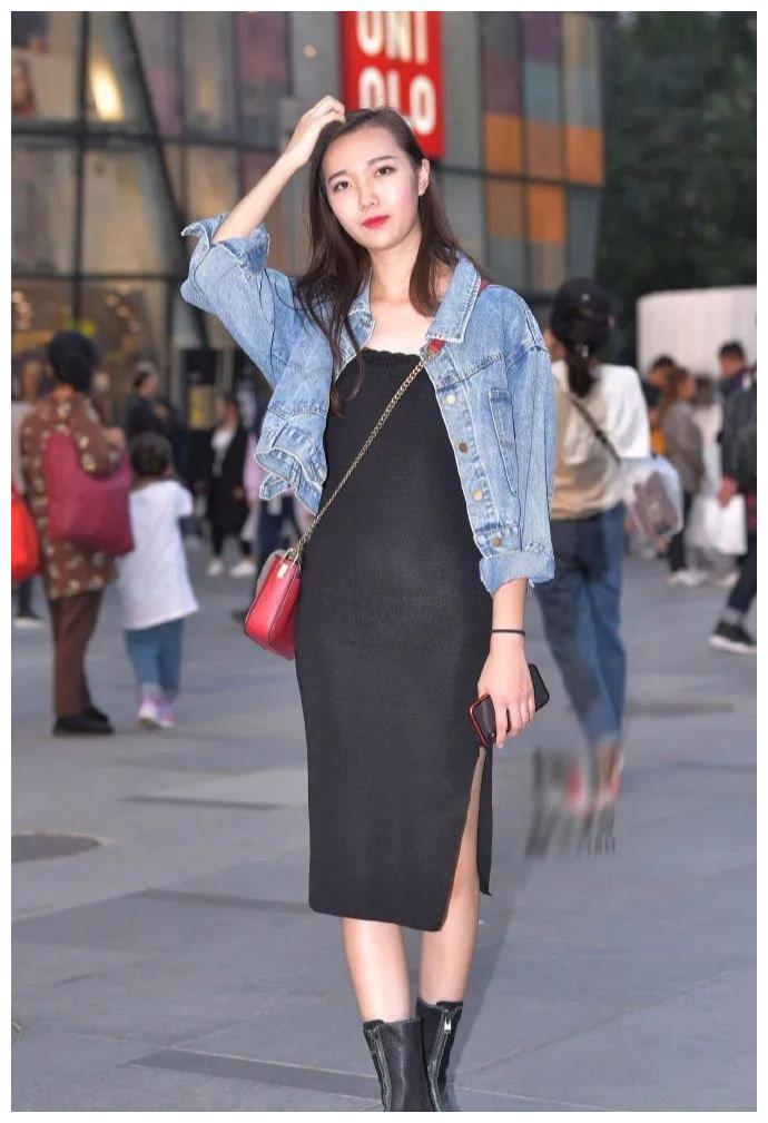 小黑裙搭配牛仔外套,微卷秀发优雅的搭在肩头,潮流不失温度