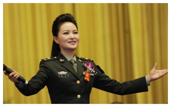 她是知名歌唱家,国家一级演员,事业高峰期嫁豪门,丈夫也不简单