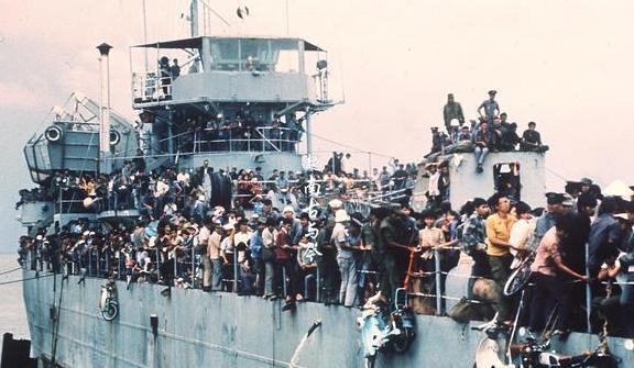 44年南越屡战屡败敲响亡国丧钟,无处可逃的越南华人投奔怒海