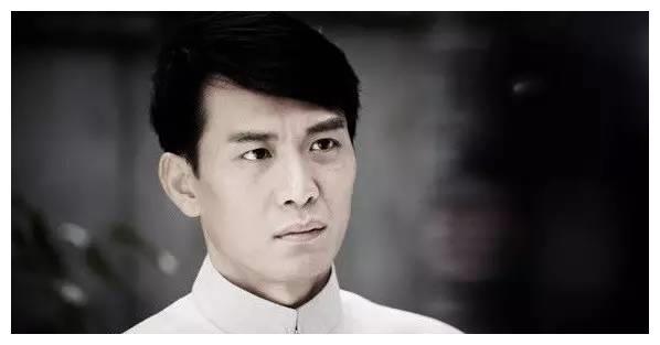 他在新加坡红得发紫,唯独不肯放弃中国国籍,最终选择回国跑龙套