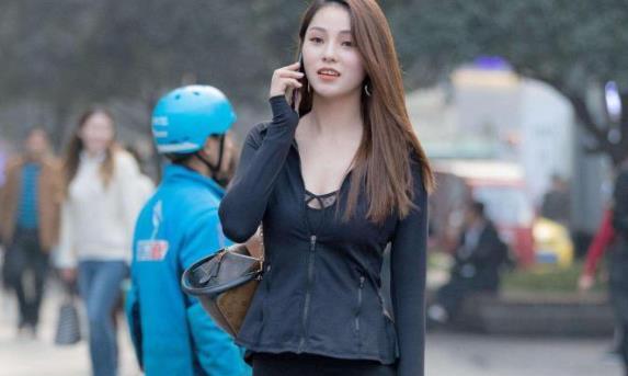 姑娘一身黑色同色系搭配出门逛街,有是要当黑暗女王啊