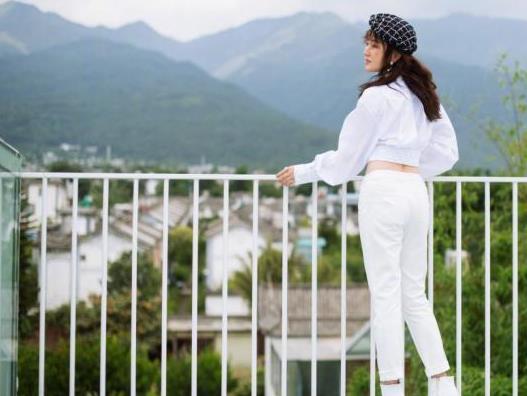 杨钰莹真的奔五了吗?穿一身白还露脐,身材窈窕气质好活泼