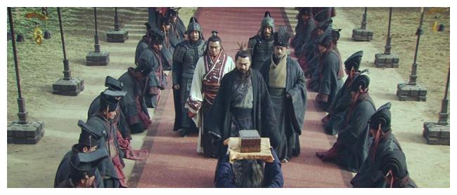 郭嘉和荀彧背景相似,都是顶级谋士,为何感觉曹操更喜欢郭嘉?