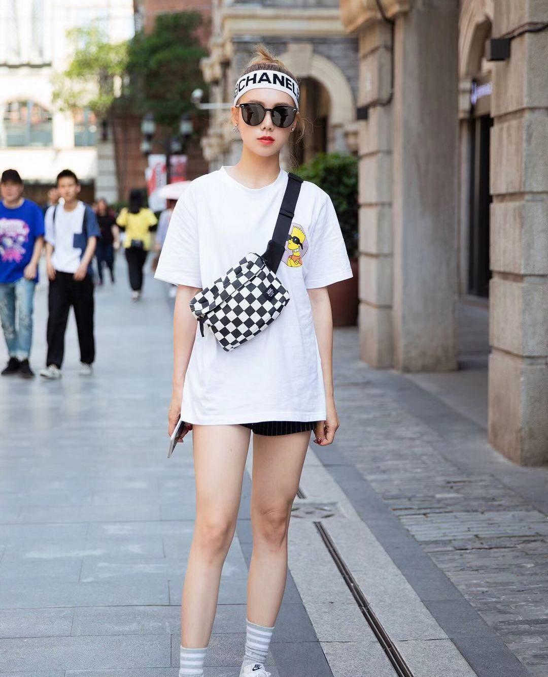 街拍,小姐姐白色宽松短袖搭配黑色短裤,字母发带街头风十足