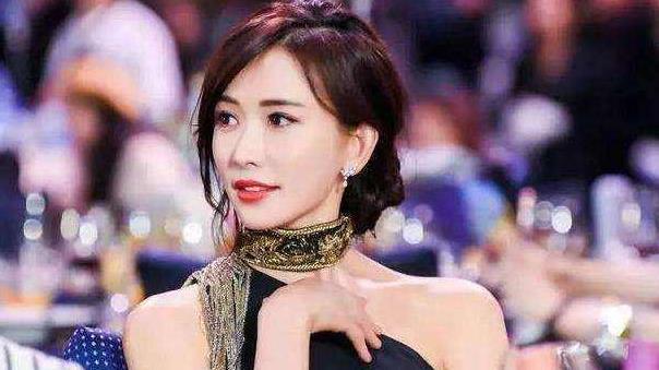 林志玲又换发型,剪了空气刘海烫卷发像18岁少女,气质也跟着改变