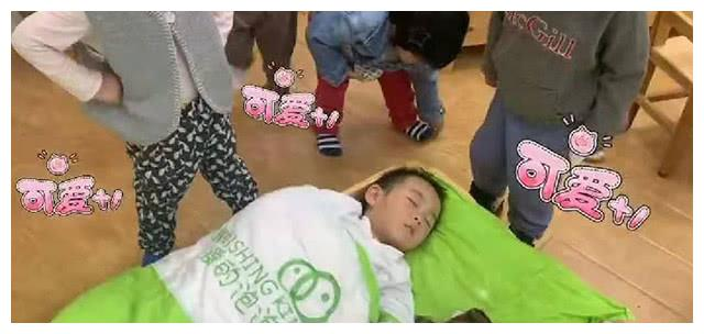 """""""最贪睡宝宝""""火了,在幼儿园午睡不起床,全班同学齐上阵喊起床"""