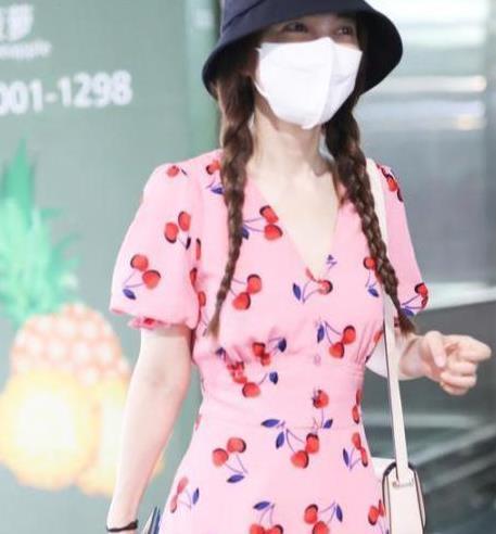 吴昕这是又瘦了?穿粉色紧身裙甜美清新,纤细腰身太有少女感