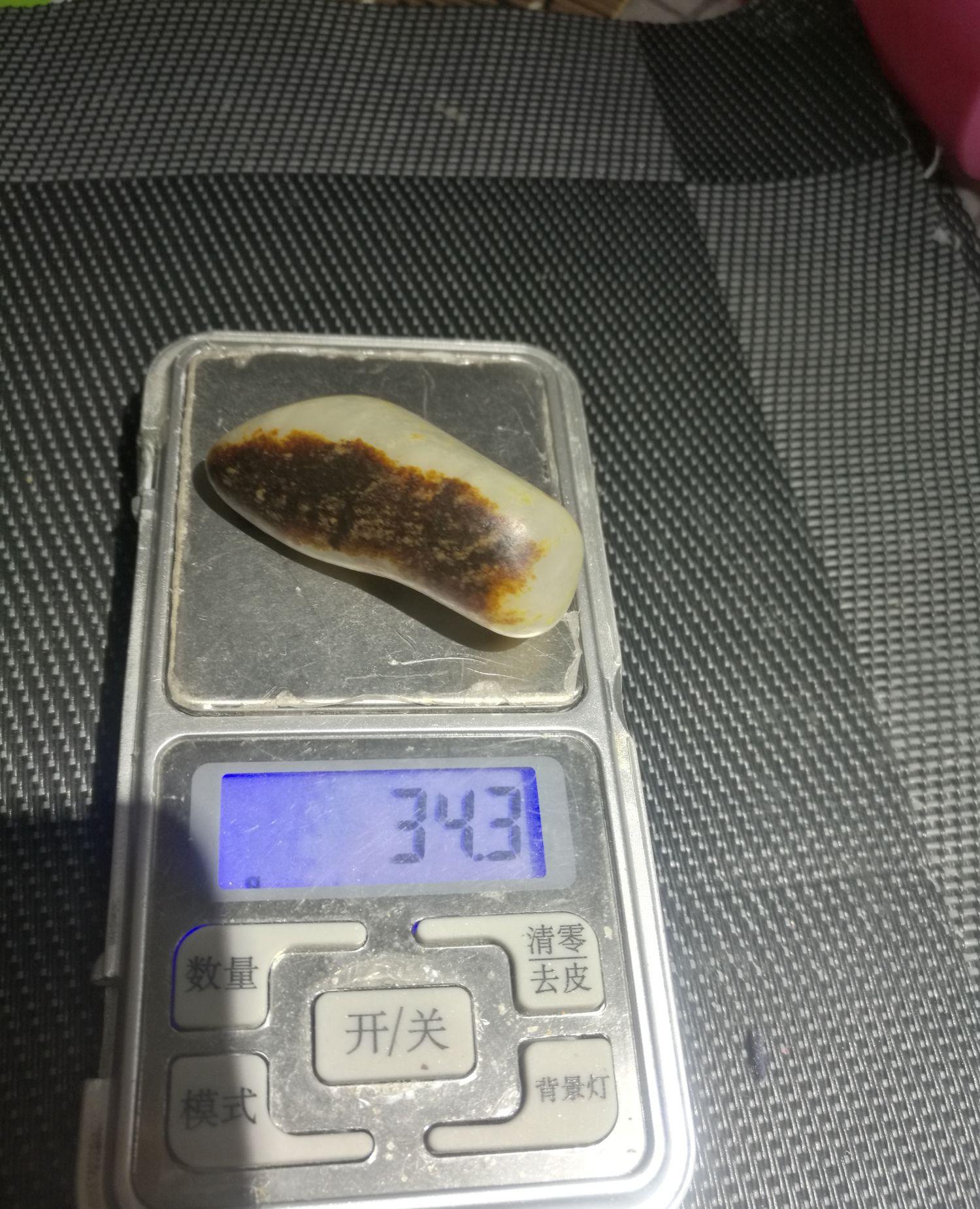 和田玉籽料原石特色品种,雪花玉聚黑油皮