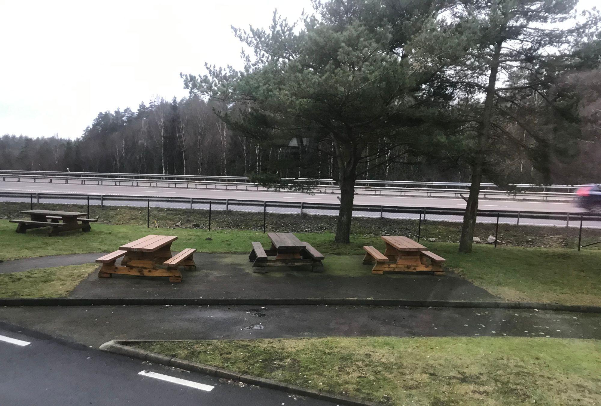 北欧高速公路的服务区,实在是太落后了!