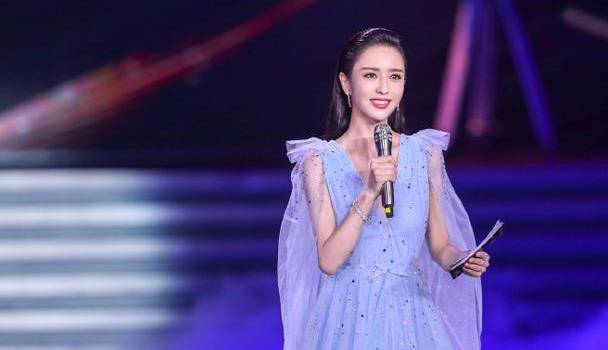 佟丽娅主持百花奖,穿一身深v水雾蓝星光裙,星光流动熠熠生辉