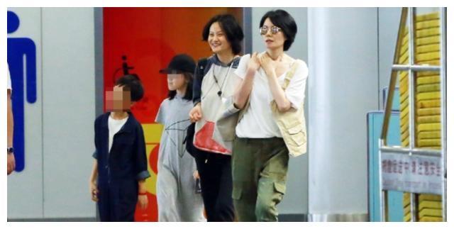王菲在机场又现极简式搭配,白T恤配工装裤,简直高级、好看极了