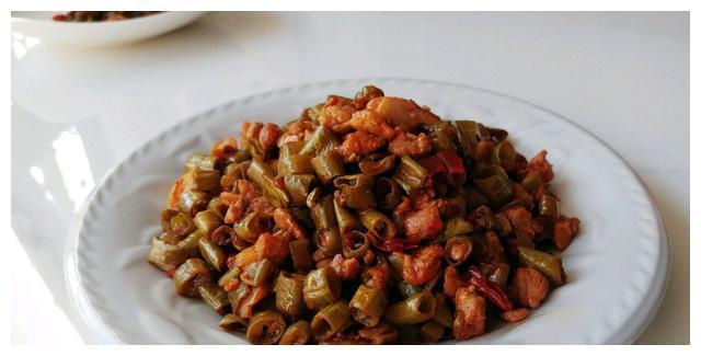 有一种美食叫:红油酱肉蒜豆角!吃的是肉,但却不腻!