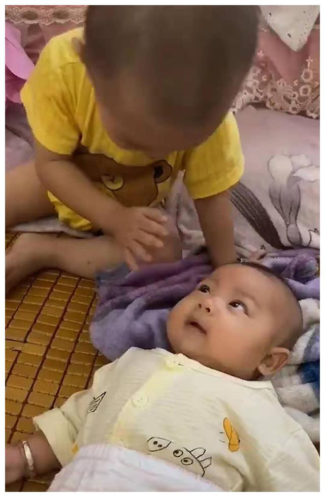 """1岁9个月的哥哥哄3个月的弟弟,网友笑翻: """"婴语""""交流无障碍"""