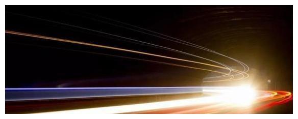 如果一艘宇宙飞船以光速前进,打开大灯的话,会照亮前方的路吗?