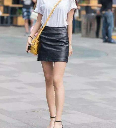 街拍:白T恤+黑色皮裙,简约的款式,轻松凹造型
