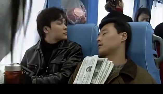 火车上有人丢钱了,警官凭借小学生的作业本,破了案