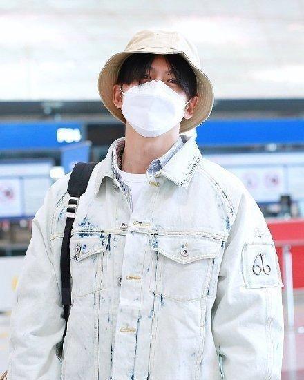 张云龙穿牛仔装清爽减龄,小白帽+双肩包神似路飞