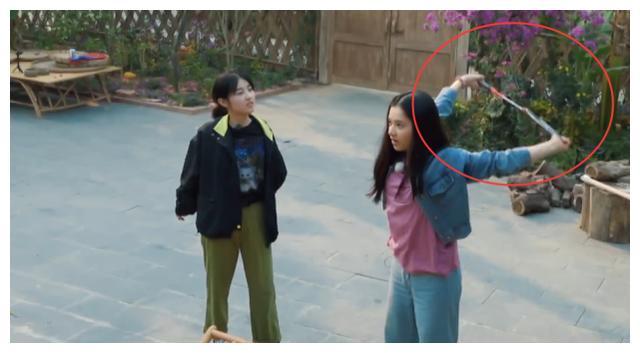 张子枫做开肩动作,当她胳膊向后伸直那一刻,才知她柔韧性有多强