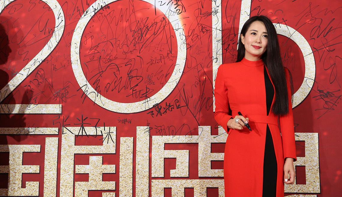 《以家人之名》的杨童舒真会穿,红大衣系扣小露黑裙,好有线条感