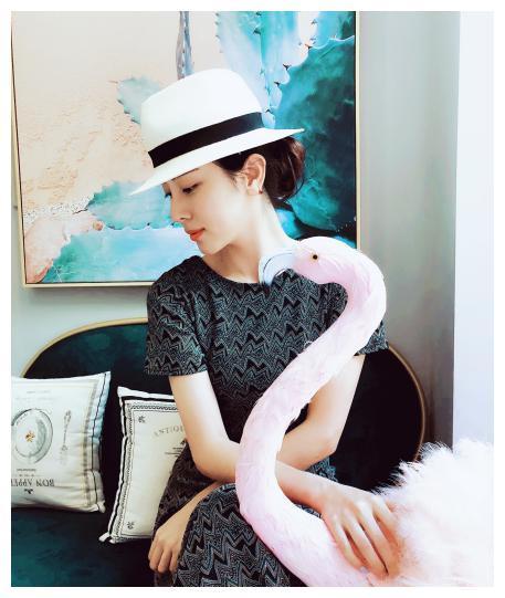 李思思喝个下午茶真时髦,菱格小黑裙配绅士帽,复古典雅又大气