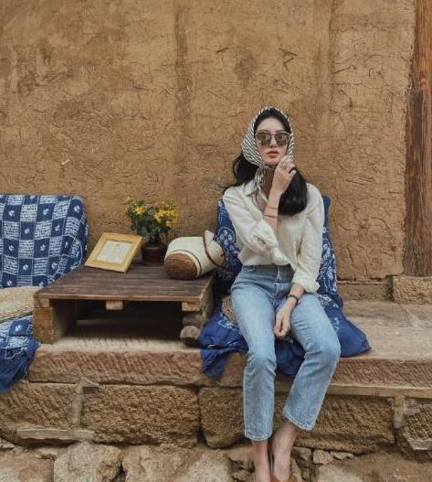 杨采钰真不愧是嫁给富商的女人,穿条纹衬衫配牛仔裤,精致又洋气