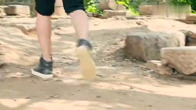 马向阳下乡记:吴秀波扛着扫把,居然扫起了大街,这混的有点惨!