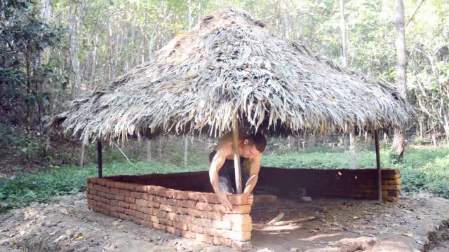 澳洲小哥又更新了,在草棚下堆砌土坯墙,又一庇护所即将完工!