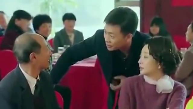 鸡毛飞上天:陈江河带玉珠参加婚礼,看着台上的新人,非常羡慕