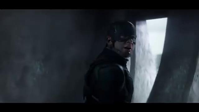 钢铁侠在冬日战士和美国队长的合力下,钢铁侠被打翻在地