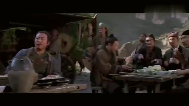 青龙吃着鸡腿打山贼,亮出腰牌后,山贼连忙道歉