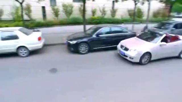 豪车女司机撞飞快递哥,不问情况就塞钱,这还是第一次见到!
