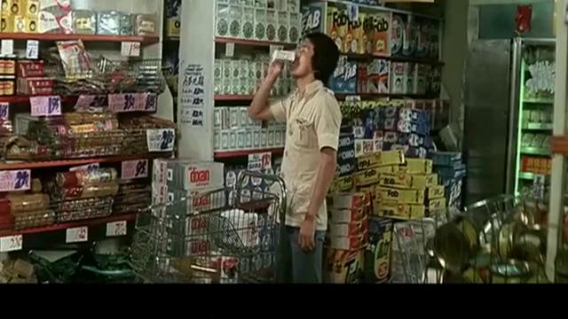 超市里顺手牵羊一百多元的东西,被收银员抓住了!