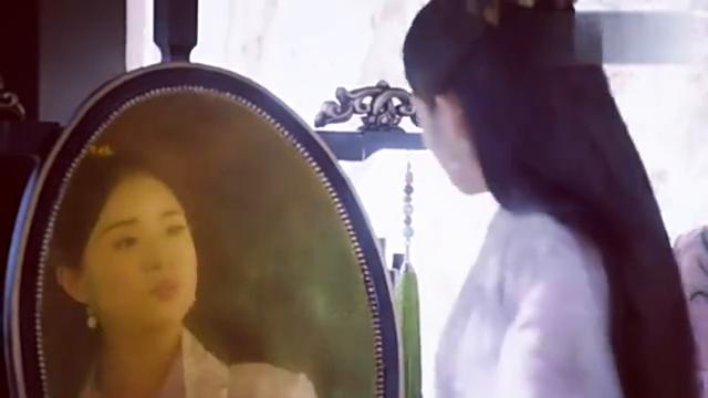 花不弃好自恋,对着镜子夸自己是沉鱼落雁,闭月羞花