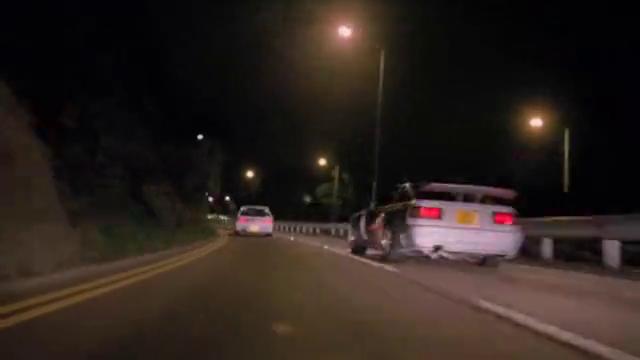 男子飙车为了获胜,吩咐小弟去挤对手,结果害了自己