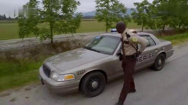 男家超速驾驶汽车,不料被警察拦下,被怀疑是毒驾司机