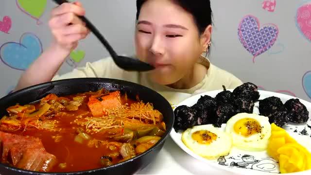 大胃王卡妹吃猪肉泡菜汤拉面+鸡蛋,看她吃得美滋滋的