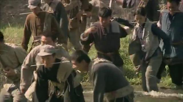 军人们纷纷渡河,没想到水流太急阻碍军人前进,领导稳定军心!