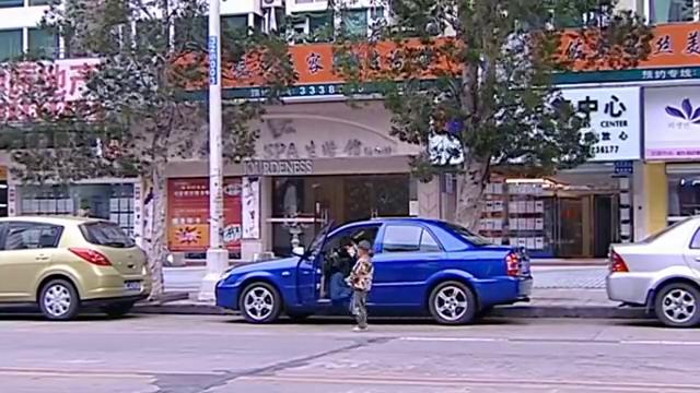 狠心的礼燕故意把孩子丢车外,故意让迪迪在车后跟这跑,真狠心