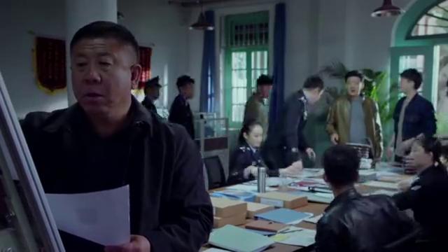 破冰者:警局中黄伟忠跟刘立仁边吃饭,边说着刘立仁在澳门赌场事