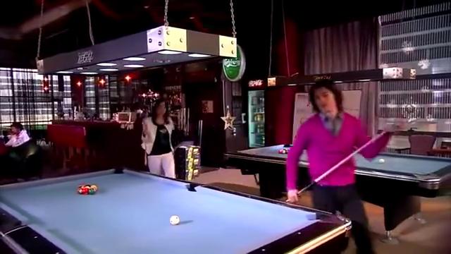 总裁和美女打台球,结果女生输惨了,一脸不悦!