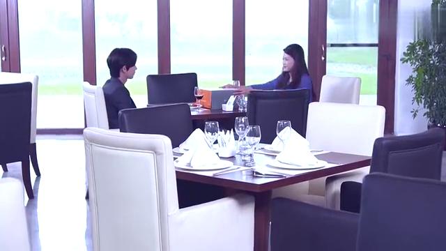 总裁脑回路太神奇,吃了女友做的黑暗料理,当场订婚!